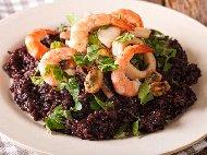 Пържен черен императорски ориз със скариди и миди в уок тиган